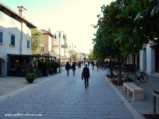 ....zurück durch die Altstadt, vorbei an den verwaisenden Restaurants, nur einige wenige haben noch geöffnet....