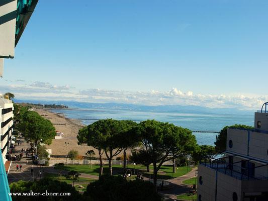 angekommen, vom Balkon ein Blick auf das Meer, cool