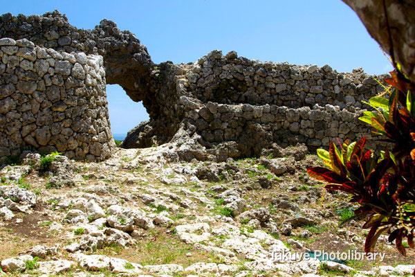 06b-0015 玉城城 主郭の城門 自然石をくり抜いてつくられた円形の特徴的な城門