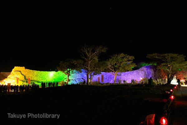 02-0031 ライトアップされた 外郭の城壁