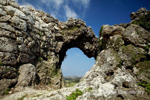 06b-0006 玉城城 主郭の城門 自然石をくり抜いてつくられた円形の特徴的な城門