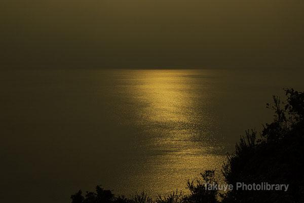 09-0070 黄金色に染まった、新春の海。長崎千々石観光センターからの眺望