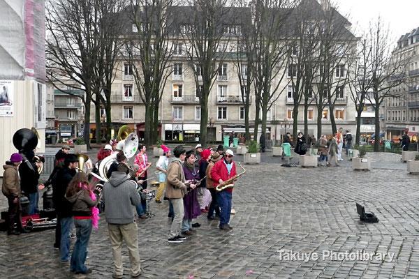 10-0089 ノートルダム寺院前の広場で若者の楽団がパフォーマンス