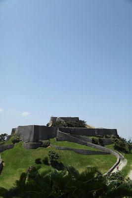 03-0016 龍が舞い降りる肝高の城。そう呼びたくなるグスクである。気高く美しい……