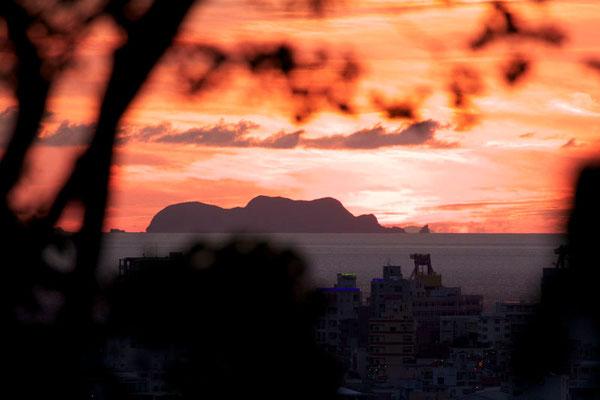 08-0026 夕陽に染まる黒島 末吉山からの眺め
