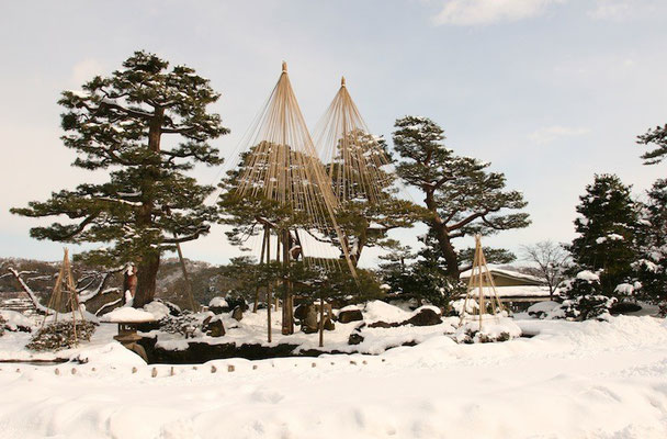 09-0030 雪吊りの兼六園