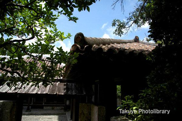 06f-0008 ナカジョー(中門)から見たアシャギ(離れ座敷)の屋根
