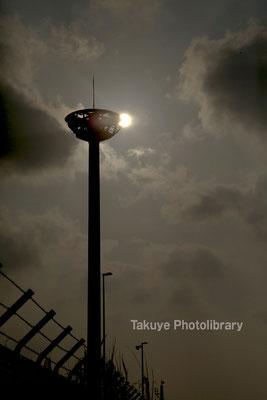 15-0027 照明塔に掛かる太陽 コンテナヤード照明塔 那覇港湾