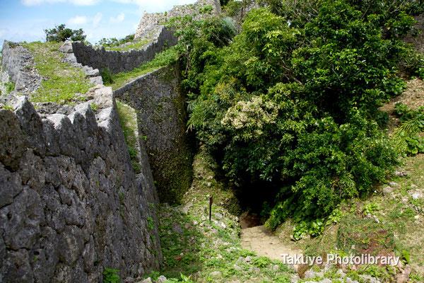 04-0002 北の郭にある大井戸(ウフガー)。この城は城郭内に水を確保している