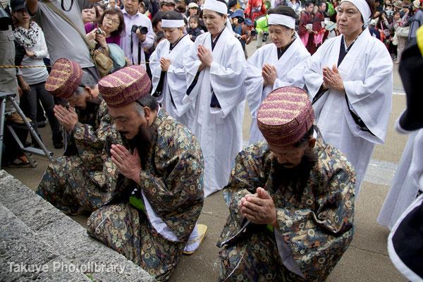 01c-0006 園比屋武御嶽(ソノヒャンウタキ)で三司官、神女揃って行幸の安全を祈願。