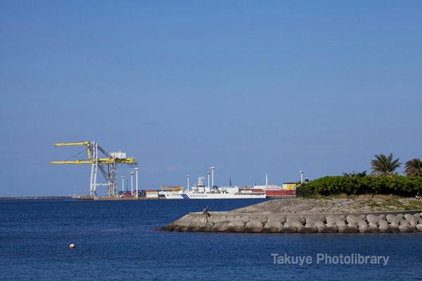 15-0033 那覇新港のガントリークレーンと第11管区海上保安本部の大型巡視船「おきなわ」