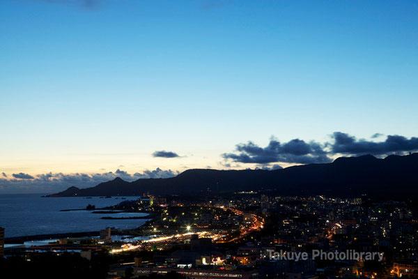 07b-0001 名護市街と名護湾の夜景