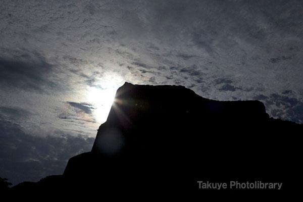 03-0023 陽を背負う肝高の城