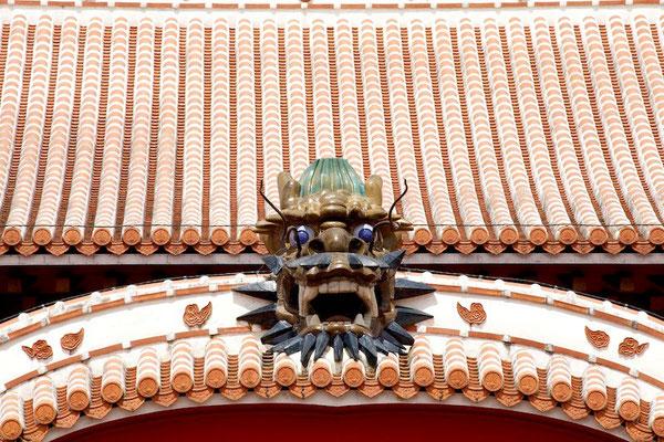 01-0031 首里城 正殿 屋根の上の龍頭棟飾