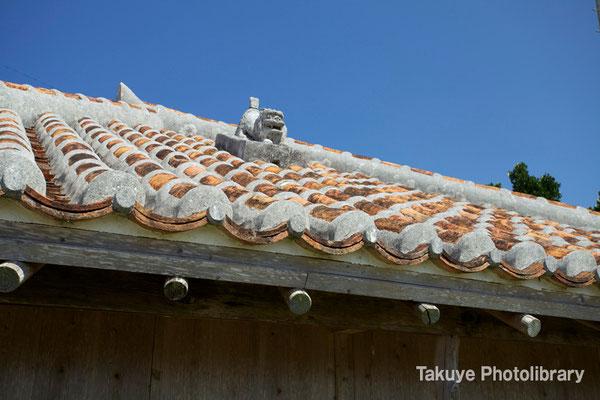 13-0020 座喜味村 在住 赤瓦屋根に鎮座するシーサー