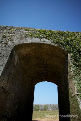 05-0004 一の郭のアーチ門。このアーチ門も楔打ちの構造になっている。