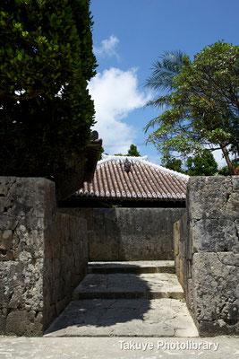06f-0014 今から約500年前、護佐丸が座喜味城より中城城へ移った際、 踊りや作法の師匠として共に居を移した