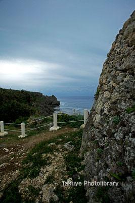 06d-0005 左側城門の先には喜屋武岬が…