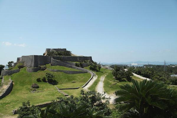 03-0018 この城の先には、護佐丸の居城 中城城(なかぐすくグスク)が……