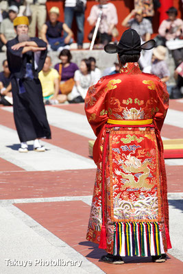 01b-0006 使節団を迎える琉球国世子(次期国王)。任命前なので世子(せいし)と呼ぶ。