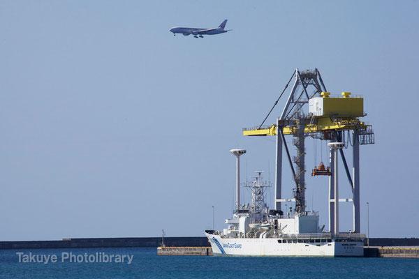 15-0034 那覇新港のガントリークレーンと第11管区海上保安本部の大型巡視船「おきなわ」