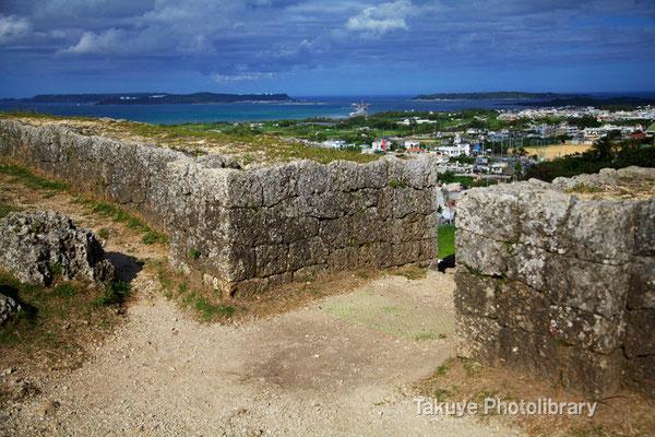 03-0028 一の郭 石造アーチ城門跡から平安座島(へんざじま)を臨む