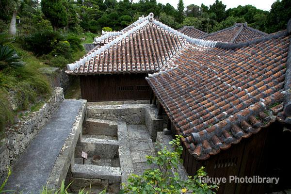 06f-0010 手前左の三基の石囲いはフール(豚小屋) 手前右の屋根は メーヌヤー(家畜小屋兼納屋) 中央が ウフヤー(母屋)