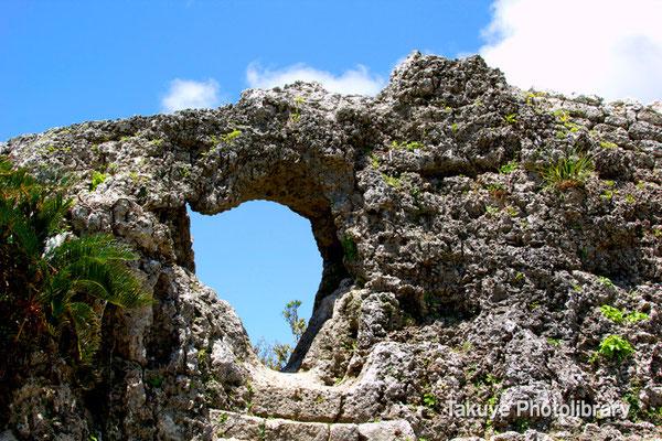 06b-0014 玉城城 主郭の城門 自然石をくり抜いてつくられた円形の特徴的な城門