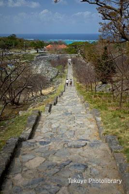 02-0023 平郎門から大庭(ウーミヤ)へと続く七五三形式の階段 写真奥が平郎門