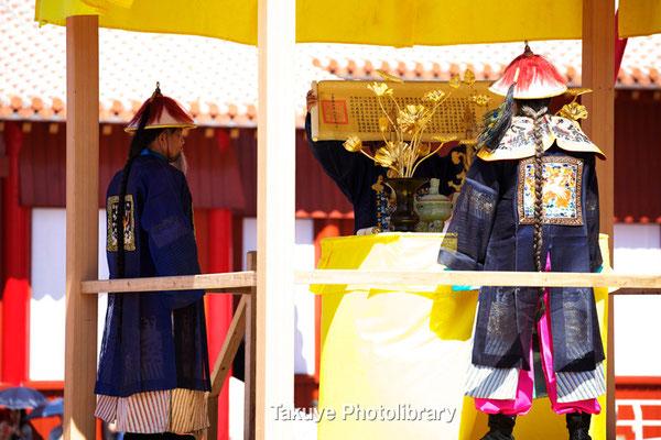 01b-0008 詔書・勅書の宣読。   宣読台で宣読官が中国皇帝からの詔書・勅書を読み上げる。ここで晴れて国王に…