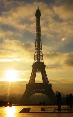 10-0016 朝日を背にしたエッフェル塔。シャイヨー宮からの眺め