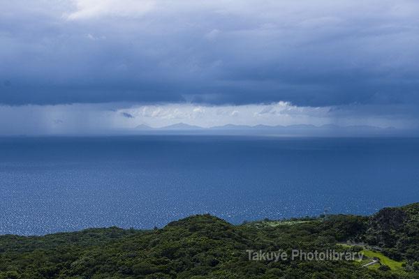 06e-0002a 雨の幕が開き伊平屋島が登場する。幻想的な一幕。