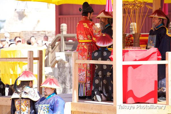 01b-0007 正使(右)と副使(左)立合いの元 世子が闕庭中央の香炉に香を捧げる。世子右脇は香を渡す司香