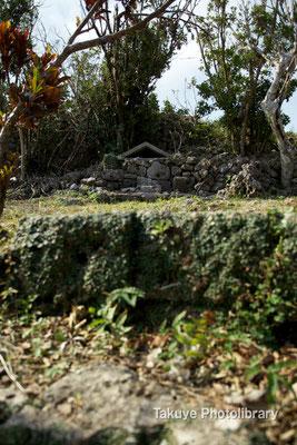06b-0008 主郭内 琉球開闢七御嶽のひとつ雨つづ天つぎ御嶽がある。ここがそう?