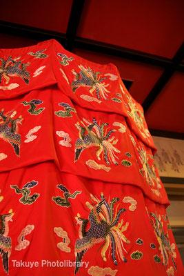01-0046 正殿内 権威の象徴「涼傘/りゃんさん」 国王御三ヶ寺参詣行列では赤と黄の涼傘を従える