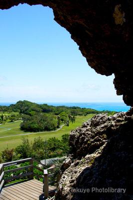 06b-0016 玉城城 主郭の城門から久高島を望む