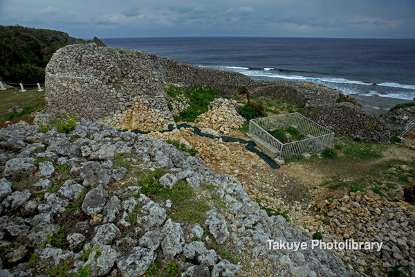 06d-0005 二の郭城壁と鉄冊に囲われた海に通じる自然穴 スーフチミー(潮吹き穴)