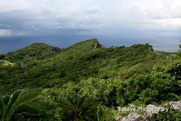 07-0059 安須森御嶽 右の峰がアフリ嶽・真ん中がシチャラ嶽・左がイヘヤ嶽。
