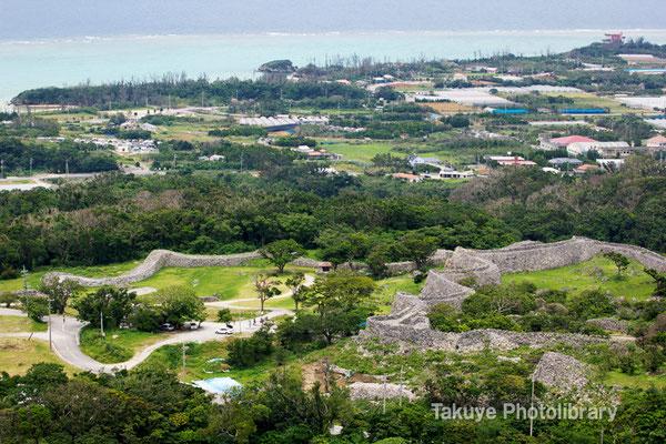 02-0028 クバの御嶽からの眺望。今帰仁城跡の全貌が手に取るように…。