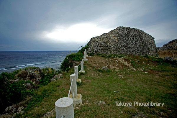 06d-0004 左側城門と崖下に広がる東シナ海。
