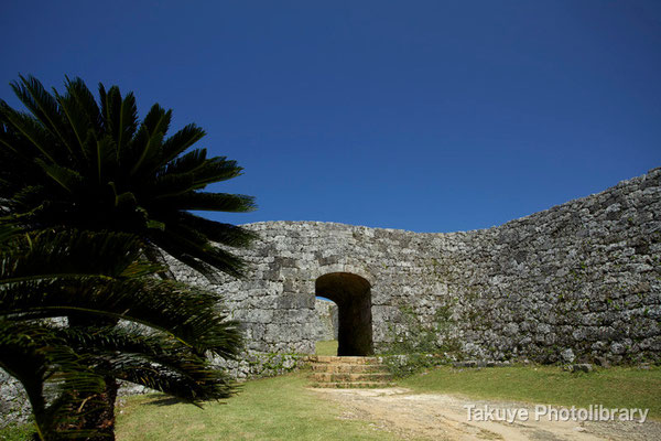05-0021 二の郭のアーチ門 精巧な石積みの門です。アーチの頂点部分には楔が打ち込まれている。