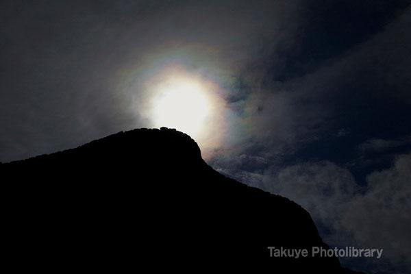03-0022 陽を背負う肝高の城