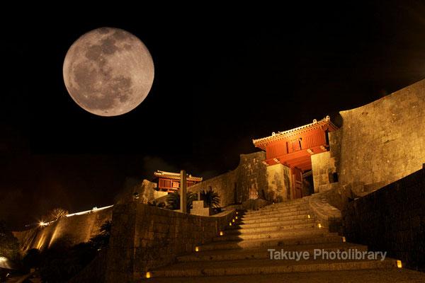 07c-0013 首里城 瑞泉門と満月(合成)
