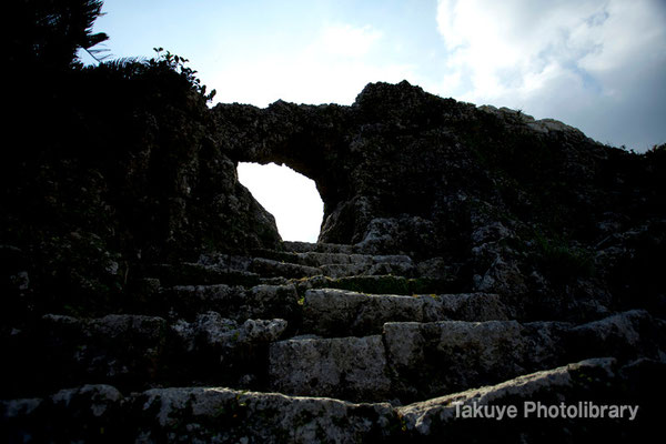 06b-0003 玉城城 主郭の城門 自然石をくり抜いてつくられた円形の特徴的な城門