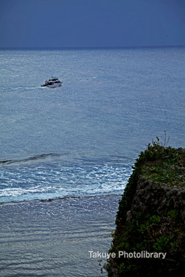 06d-0005 左側城門と崖下のわずかな日射しで輝く東シナ海