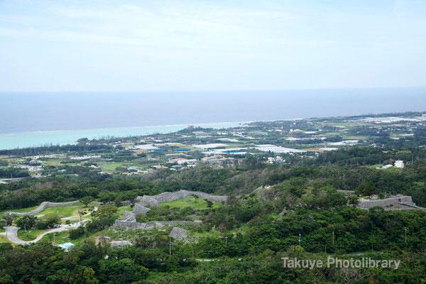 06e 0001n クバの御嶽の森の頂上からの眺め。今帰仁城跡が一望できる