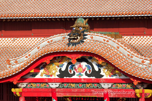 01-0087 首里城 正殿 唐破風妻飾と屋根の上の龍頭棟飾