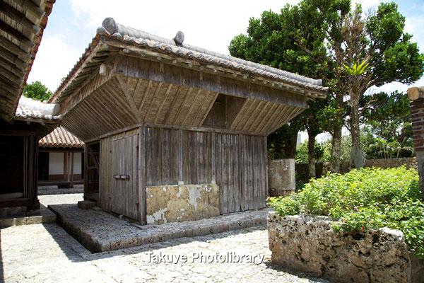 06f-0009 高倉(籾倉) 屋根裏部分に施された傾斜は ネズミ返しの機能を 持つと云う。