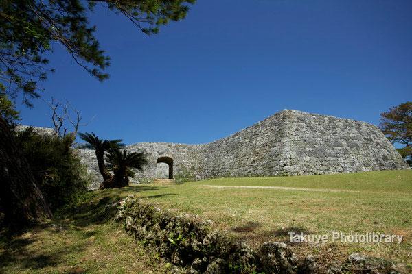 05-0022 最初に出会う城門 右の張り出した城壁は、攻め入る敵を横から攻撃するための工夫だとか…