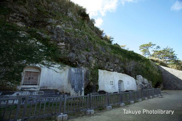 06c-0011 一番庭(いちばんなー)、王陵。 左の東室が尚寧王陵。右の西室が英祖王陵。